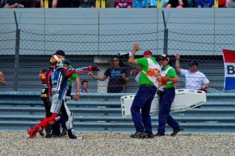Lorenzo lempar sarung tangan