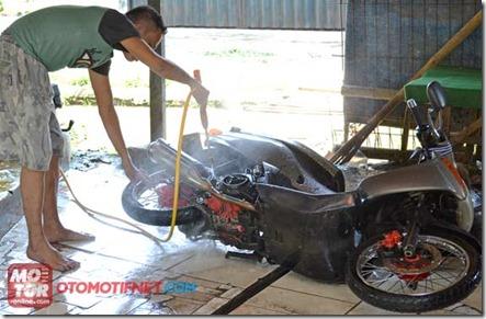 cuci motor miring
