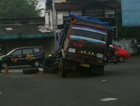 Awas-Ada-Laka-Truk-vs-Sedan-di-Ring-Road-Timur