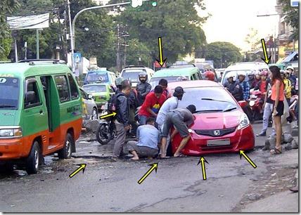 mobil nyemplung jalan rusak