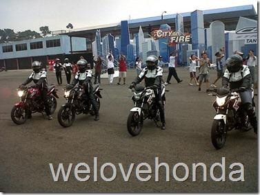 riding honda cb150r