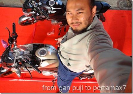 Tukang Poto Juga Mesti Nampang With Vixi Item di Background (Small)