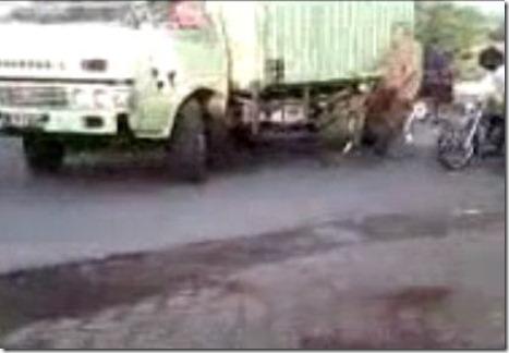 alay ban cacing ditabrak truk