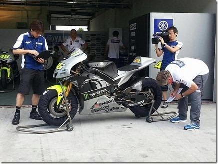 Rossi Tweets Foto Livery Baru Motor Yamaha M1 2 (Small)