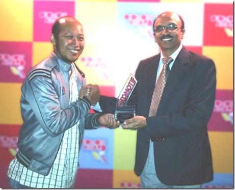 Pramod Kulkarni Head of Engineering PT TVS Motor Company Indonesia menerima Best Sport 160-180 cc untuk TVS Apache RTR 180 cc (Small)