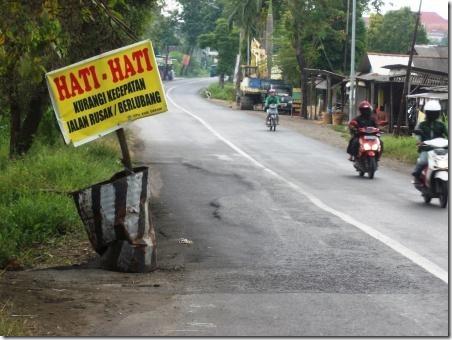 hati-hati jalan rusak