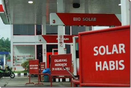 solar-langka_puluhan-truk-berjejal-di-jalur-pantura_big__20111202202520_file_vino_cms