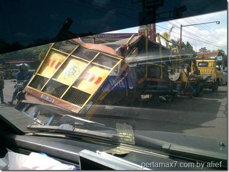 evakuasi truk yamaha masuk jurang