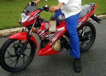 Ban Vo Xe May Dunlop O Ca Mau 114 moreover Page3 furthermore Chai Xit Sen Liqui Moly Motorbike Chain Lube 58 furthermore Skydrive 125 likewise P12567 Raider 150. on suzuki raider 150 fi