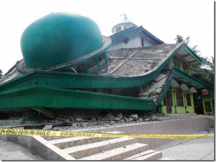ini-masjid-di-banyumas-yang-roboh-akibat-gempa-kebumen-002-nfi