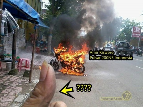 Motor-terbakar-karena-pasang-stiker-pinggir-jalan-1.jpg