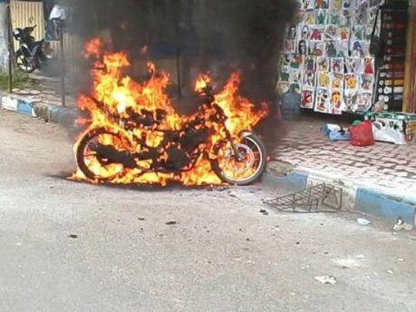 Motor-terbakar-karena-pasang-stiker-pinggir-jalan-3.jpg
