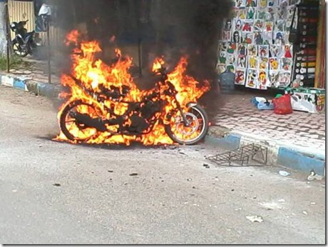 Motor terbakar karena pasang stiker pinggir jalan 3