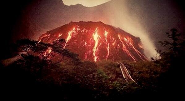 Foto Foto Erupsi Gunung Kelud Disertai Petir