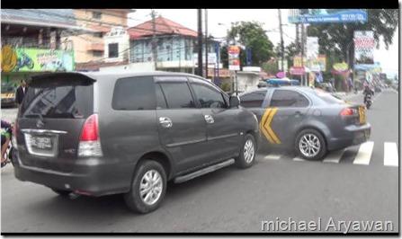 kecelakaan mobil inova vs mobil polisi 1