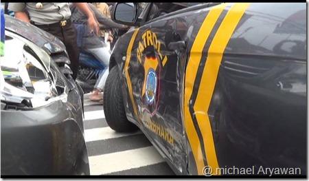 kecelakaan mobil inova vs mobil polisi