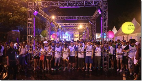 Peserta di garis start Glow Run Night Series GT125 Semarang
