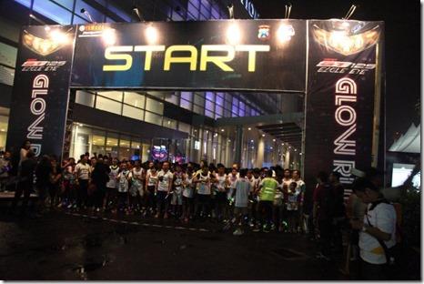 Peserta di garis start Glow Run Night Series GT125 Surabaya (Small)