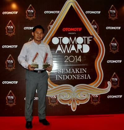Eko Prabowo GM Promotion & Community Development Yamaha Indonesia dengan penghargaan Otomotif Award 2014