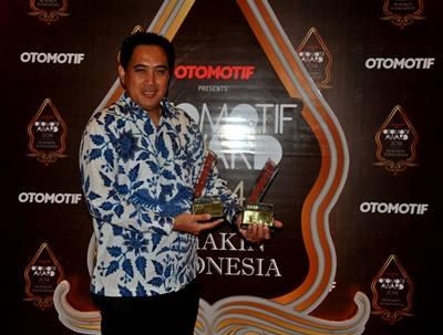 M Abidin GM Service & Motorsport Yamaha Indonesia menerima Positivity Award Otomotif Award 2014