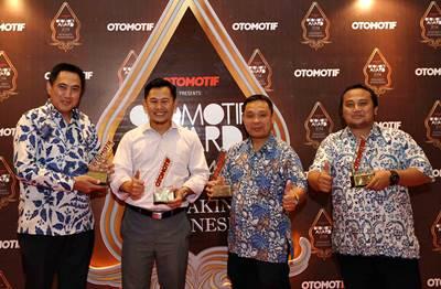 Manajemen Yamaha Indonesia dengan penghargaan Otomotif Award 2014