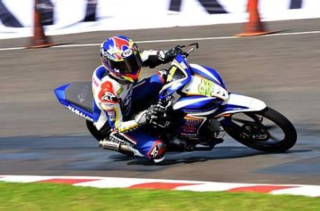 Fitriansyah Kete (Yamaha Tunggal Jaya) memacu Jupiter Z1 di free practice kelas IP 2(110 cc) seri pertama Indoprix 2014, sirkuit Sentul Karting International