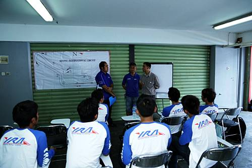 Para pembalap Yamaha Riding Academy menyimak teori yang disampaikan instruktur asal Jepang Yoshiyaki Kato