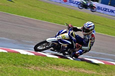 Rey Ratukore (Yamaha Tunggal Jaya) memacu Jupiter Z1 di free practice kelas IP 1(125 cc) seri pertama Indoprix 2014, sirkuit Sentul Karting International