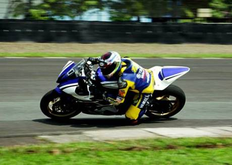 Tamy Pratama memacu Yamaha YZF-R6 di Sentul International Circuit dalam Yamaha Riding Academy