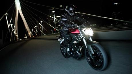 2014-Yamaha-MT125-EU-Anodized-Red-Action-002