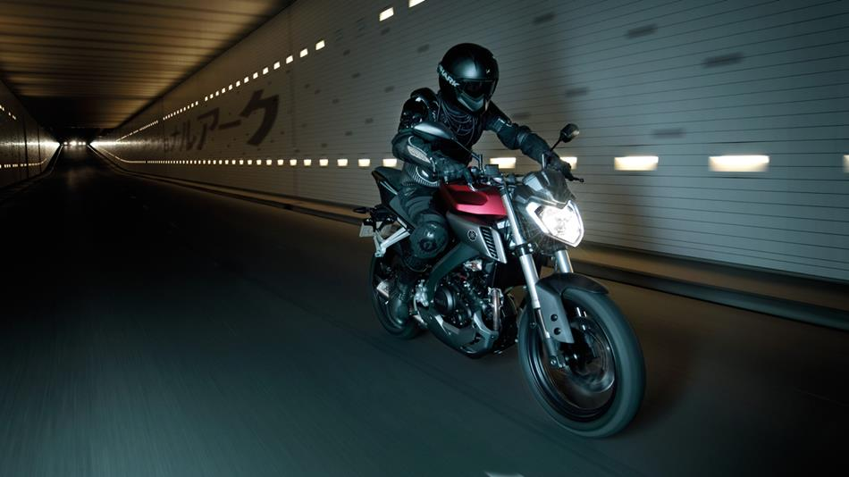 2014-Yamaha-MT125-EU-Anodized-Red-Action-003