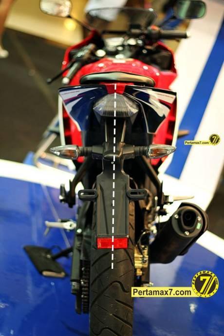 spakbor belakang yamaha YZF-R15 miring solo