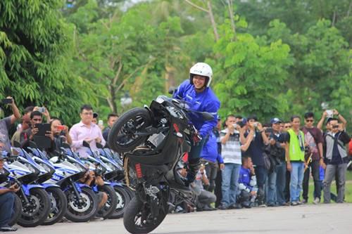 Aksi stunt ride menggunakan R25 sebagai bagian dari sesi entertainment