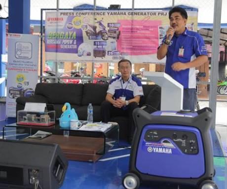 Atsushi Endo (Advisor Generator Yamaha Indonesia) dan Sahrial (Manager Generator Yamaha Indonesia) memberikan keterangan dalam press conference di Jakarta Fair 2014