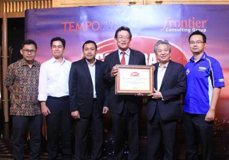 Board of Director Yamaha Indonesia dengan piagam penghargaan Automotive 2 Wheel Corporate Image Award 2014