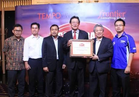 Board of Director Yamaha Indonesia dengan piagam penghargaan Automotive 2 Wheel Corporate Image Award 2014
