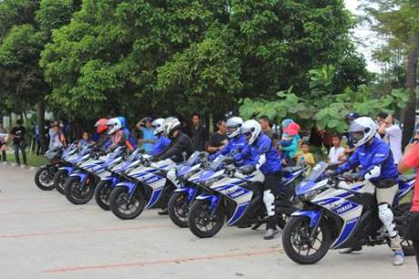 Konsumen R25 dalam aktivitas test ride di kawasan Ancol