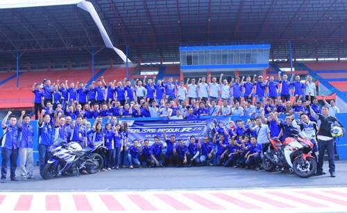 Manajemen dan Instruktur Sales Service Sparepart Yamaha Indonesia berfoto bersama setelah test ride R25 di Sentul International Circuit