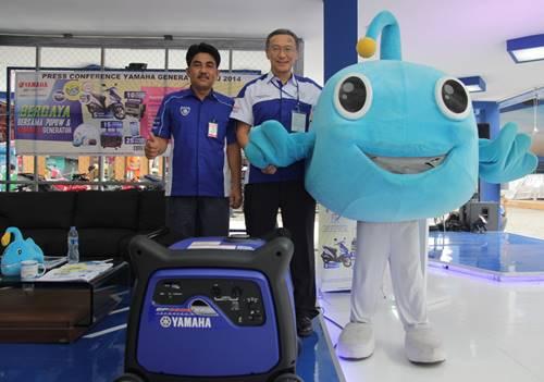 Maskot Generator Yamaha Indonesia Ikan Lampu bernama Popow (Potential Power) bersama Atsushi Endo (Advisor Generator Yamaha Indonesia) dan Sahrial (Manager Generator Yamaha Indonesia)