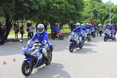 Praktek test ride konsumen R25 di kawasan Ancol