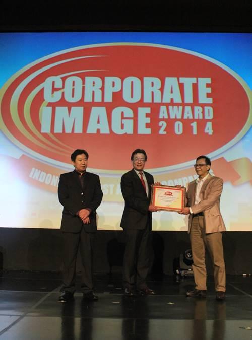 Presiden Direktur Yamaha Indonesia Yoichiro Kojima saat menerima piagam penghargaan Automotive 2 Wheel Corporate Image Award 2014
