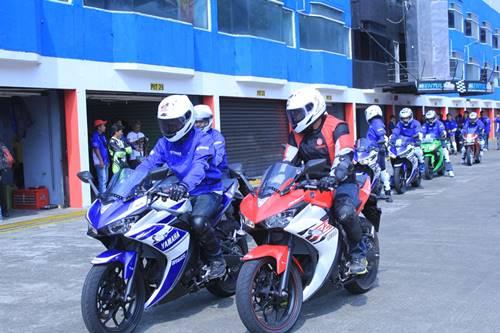 Test Ride R25 instruktur Yamaha dan awak media di Sentul International Circuit (2)