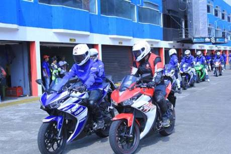 Test Ride R25 instruktur Yamaha dan awak media di Sentul International Circuit (2)
