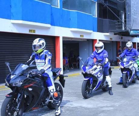Test Ride R25 instruktur Yamaha dan awak media di Sentul International Circuit (3)