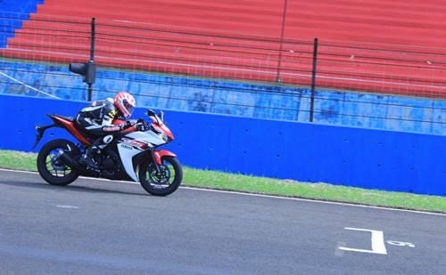 Test Ride R25 instruktur Yamaha dan awak media di Sentul International Circuit