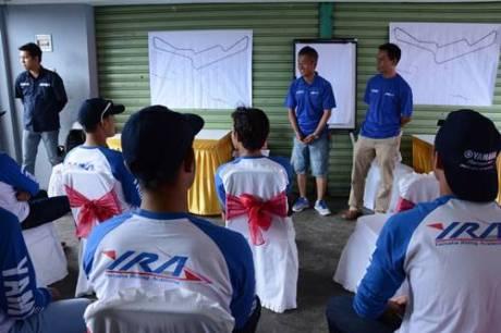 Instruktur asal Jepang Yoshiyaki Kato memberikan teori untuk rider Yamaha Indonesia peserta Yamaha Riding Academy Step 2