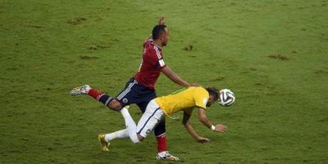 Neymar Cedera Tulang Belakang di Brazil  6