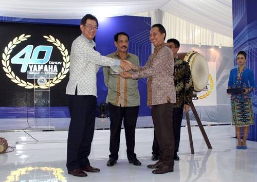 Presiden Direktur Yamaha Indonesia Yoichiro Kojima bersama Direktur Jenderal Industri Argo Kementerian Perindustrian Budi Darmadi