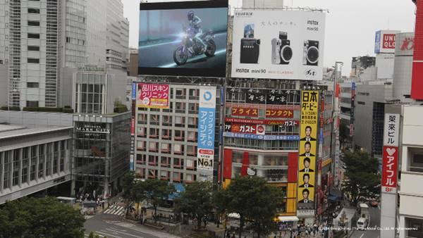 Saat ditayangkan Master of Torque di persimpangan Shibuya Jepang