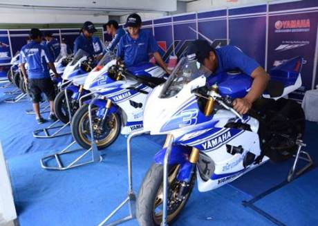 Teknisi tim Yamaha Indonesia sedang mengecek R6 tunggangan para peserta Yamaha Riding Acadamy Step 2
